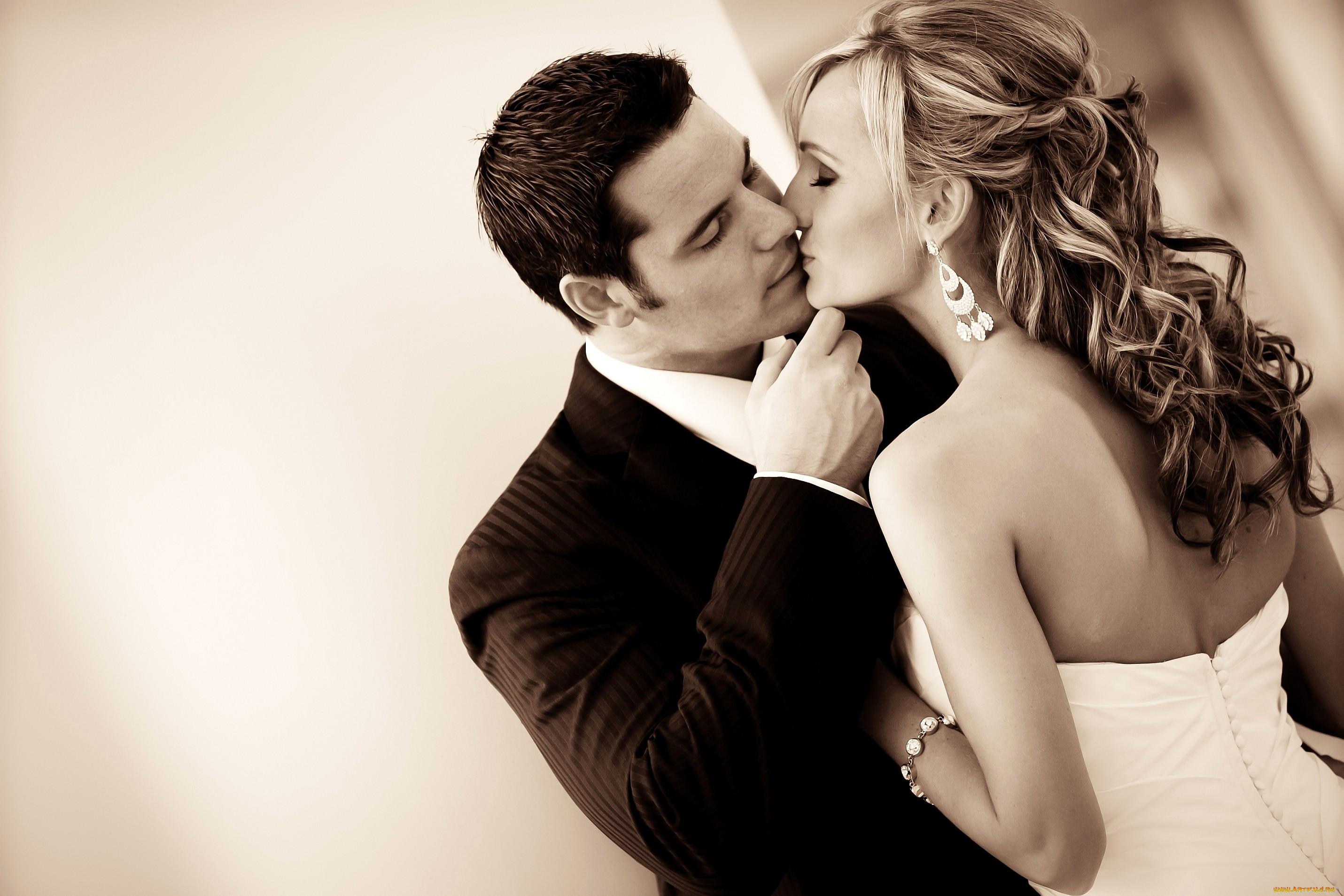 Мужчина и женщина целуются в картинках